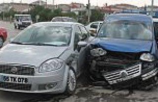 Tofaş Kavşağında Maddi Hasarlı Trafik Kazası