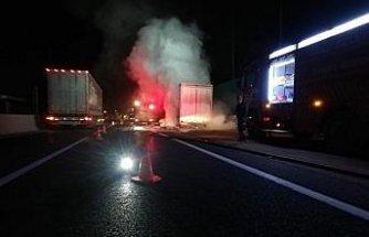 Bolu'da seyir halindeki kamyonun römorku yandı