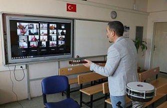 Gönüllü öğretmen salgın sürecinde bağlama derslerini çevrimiçi ortama taşıdı