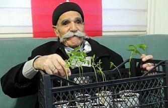 Görme engelli 80 yaşındaki Tevhik dede yaşam azmiyle örnek oluyor