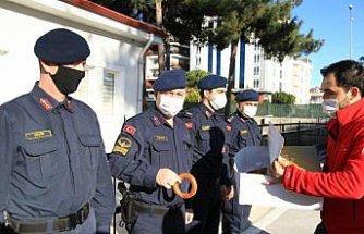 Samsun'da Türk Kızılaydan görev başındaki polis ve jandarmaya simit ve çay ikramı