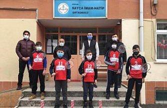 Giresun'da köy okuluna badminton malzemesi desteği yapıldı