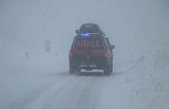 Zonguldak'ta ekipler yolu kardan kapanan mahalledeki hasta için seferber oldu