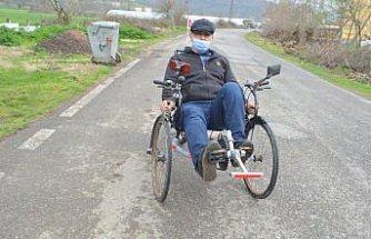 Hurda malzemelerden yaptığı üç tekerlekli bisiklet görenlerin beğenisini kazanıyor
