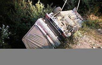 Amasya'da hafif ticari araç devrildi: 2 yaralı