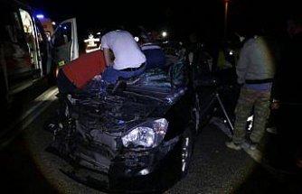 Bolu'da otomobil traktör römorkuna çarptı: 2 yaralı