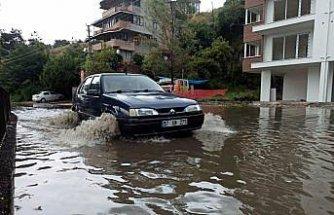 Sinop'ta sağanak trafikte aksamalara neden oldu, denizde hortum oluştu