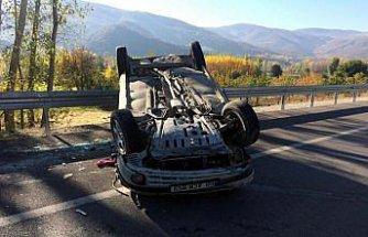 Tokat'ta devrilen otomobildeki anne ve oğlu yaralandı