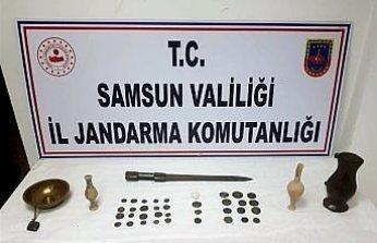 Samsun'da bir araçta 35 sikke, 2 gözyaşı şişesi ile çeşitli tarihi eserler ele geçirdi