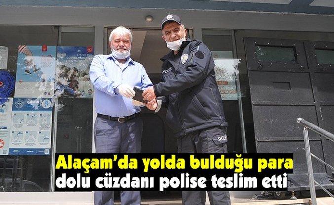 Yolda bulduğu para dolu cüzdanı polise teslim etti