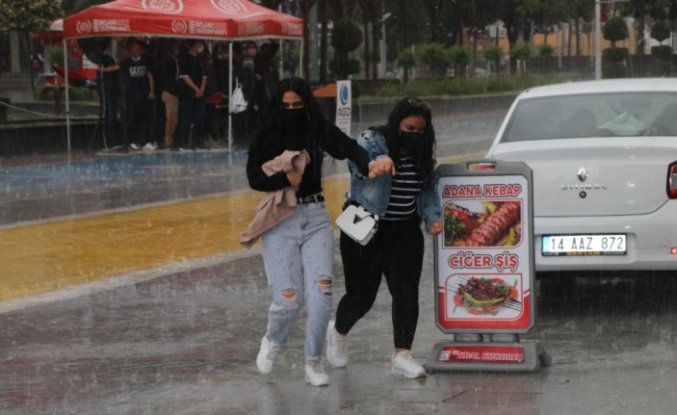 Bolu'da kısa süreli etkili olan sağanak ve fırtına hayatı olumsuz etkiledi