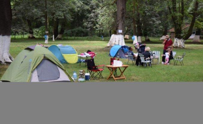 Sağlık çalışanları Düzce'deki kampta aileleriyle doğa içinde stres atıyor