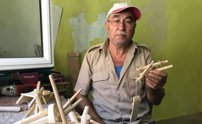 Çiftçilik yaparken kullandığı tarım aletlerinin minyatürünü yapıyor