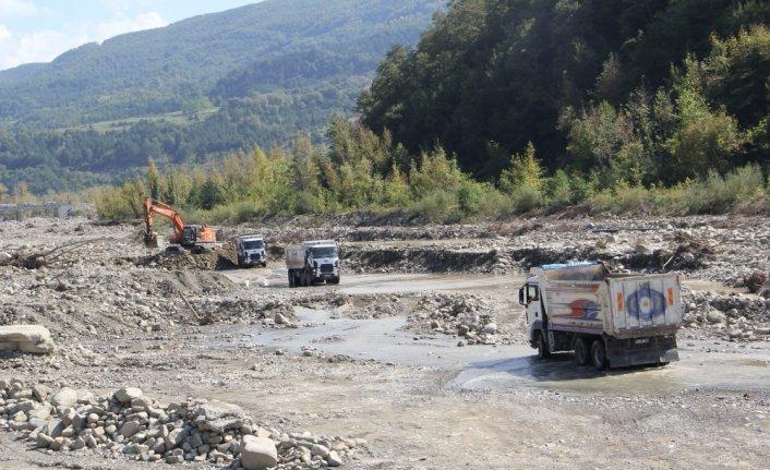 Ayancık'ta ev ve iş yerlerinden 16 milyon metreküp çamur ve su tahliyesi yapıldı