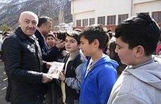 Gümüşhane'de öğrencilere kitap dağıtıldı