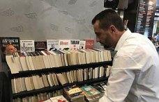 Kahve ikramıyla topladığı kitaplardan kütüphane oluşturuyor