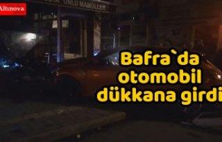Bafra`da otomobil dükkana girdi