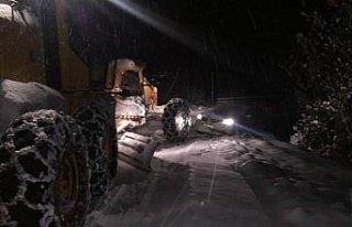 Ordu'da kar yolları kapattı, ekipler hastalar için...