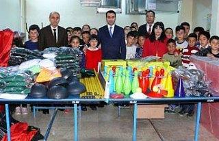 Yeşilyurt'ta öğrencilere spor malzemeleri dağıtıldı