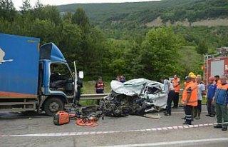 Sinop'ta kamyon ile otomobil çarpıştı: 2 ölü,...