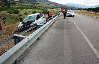 Amasya'da otomobil bariyere çarptı: 3 yaralı
