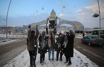 Afrikalı öğrencilerin kar sevinci