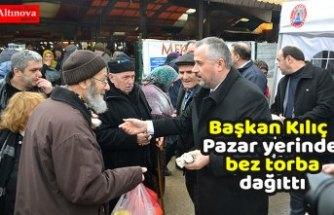 Başkan Kılıç Pazar yerinde bez torba dağıttı