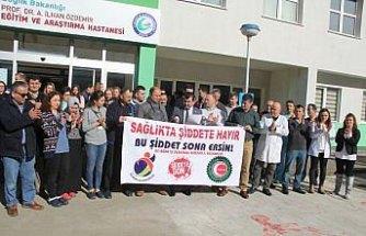 Sağlık çalışanına şiddet protesto edildi