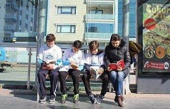 Öğrenciler tramvay duraklarında kitap okudu