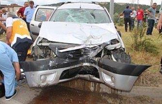 Hafif ticari araç aydınlatma direğine çarptı: 5 yaralı