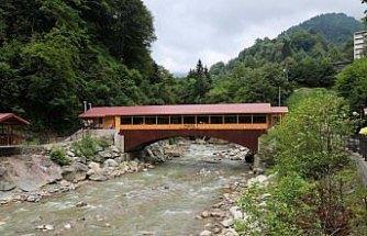 Köprünün üstünde yaptırılan restroran ilgi görüyor