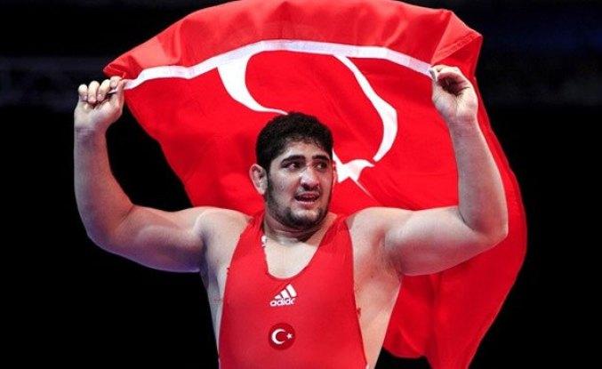 Milli güreşçi Osman Yıldırım'dan gümüş madalya