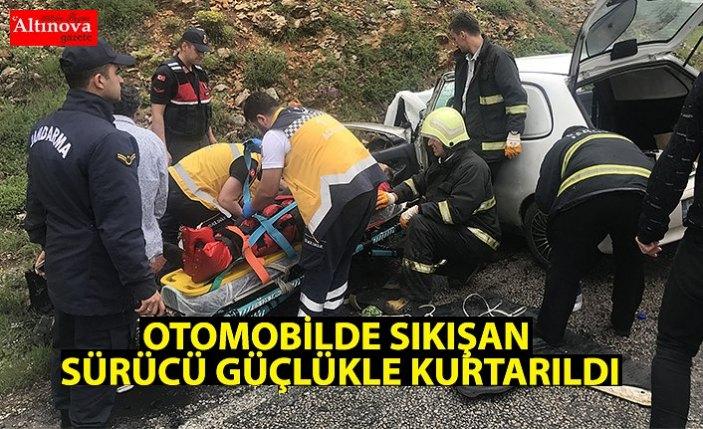 Otomobilde sıkışan sürücü güçlükle çıkartıldı
