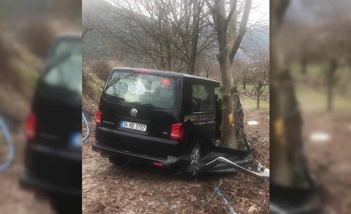 Amasya'da minibüs ağaca çarptı: 6 yaralı